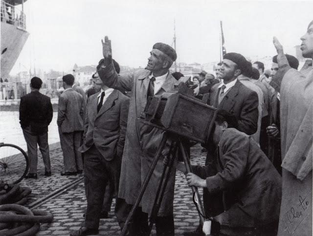 04-02-1958. Facendo unha foto ao familiar que emigra