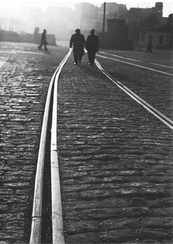 Camiñando polo porto de A Coruña. Anos 50s. Foto Lamela.