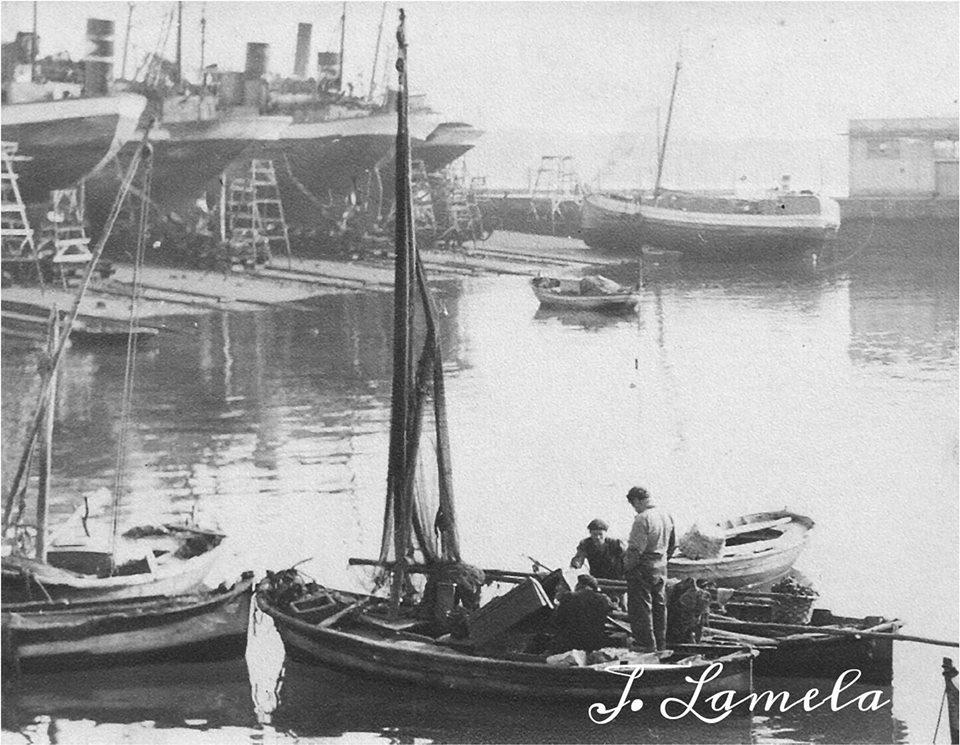 Mariñeiros na Dársena. A Coruña. Frente os varadoiros do Parrote. 50s. Lamela.